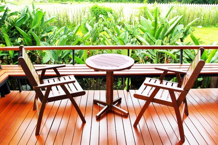 silla de madera: Madera silla contra la pared de madera  Foto de archivo