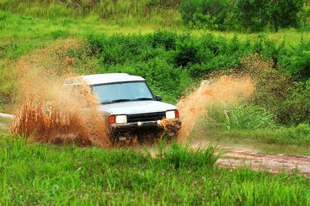 4 wheel: Unidad de coche de aventura arados a trav�s del agua  Foto de archivo