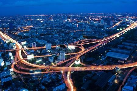 cruce de caminos: Vista de noche de Bangkok  Foto de archivo