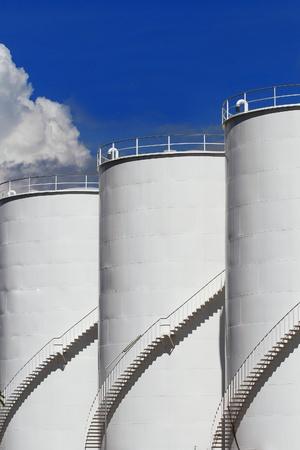 cilindro de gas: Dep�sito de combustible y el cielo azul