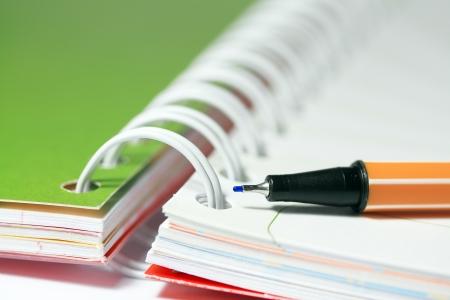 pad pen: Pluma en libro de nota en blanco