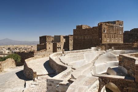 cisterna: cisterna tradicional pueblo yemenita cerca de yemen sanaa