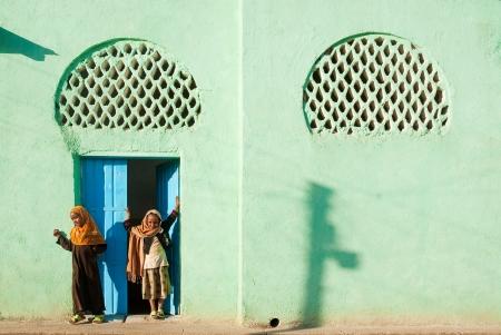filles musulmanes voil�es en dehors de la mosqu�e � Harar en �thiopie Banque d'images - 13684858