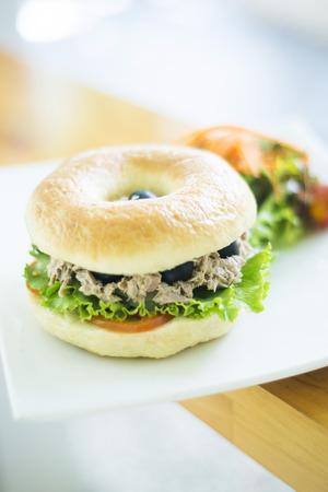 Végétarienne bagel de thon avec salade Banque d'images - 33655937
