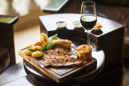 comida inglesa: alimentos Ingl�s Domingo almuerzo tradicional asado en el restaurante acogedor pub con un vaso de vino tinto