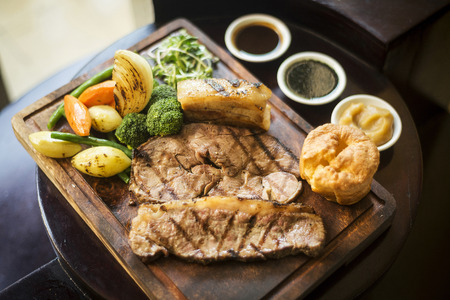comida inglesa: alimentos Ingl�s Domingo almuerzo tradicional asado en el restaurante acogedor pub