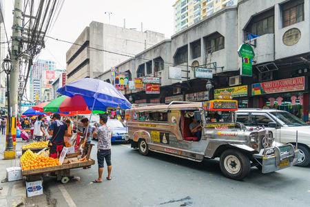 jeepney bus in Manilla Chinatown straat in Filipijnen