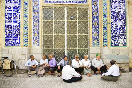 socializando: ancianos socialización mezquita afuera en yazd Irán