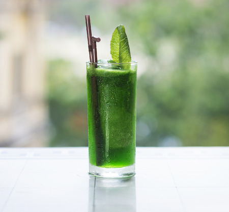 jugo verde: vegetal verde jugo de desintoxicación al aire libre Foto de archivo