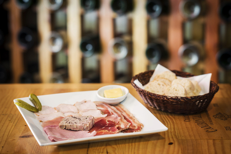 charcuter�a: charcuter�a franc�s tradicional y generoso plato pat� con pan Foto de archivo