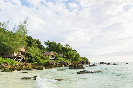 playas tropicales: bungalows de bamb� y de madera en la isla de Koh Rong cerca de Sihanoukville Camboya