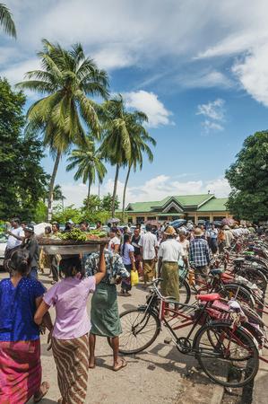 rikscha: altes Fahrrad Cyclo Taxi Rikscha in yangon myanmar Editorial