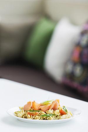 salmon ahumado: salmón ahumado saludable y hierbas ensalada de pasta fresca