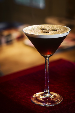 espresso coffee martini cocktail drink in bar at night 스톡 콘텐츠