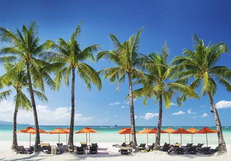 Beach Lounge bar tumbonas sillas y sombrillas en la isla de Boracay exótica tropical en Filipinas