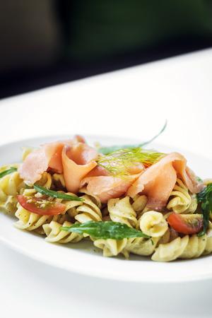salmon ahumado: salmón ahumado y ensalada de tomate orgánico pastas frescas de albahaca con salsa de crema de requesón y el eneldo