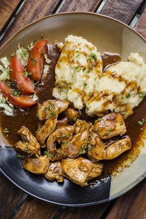 鶏胸肉の茶色のグレービー ソースとマッシュ ポテトの食事