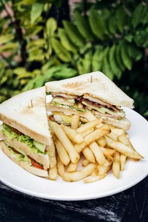 クラブ サンドイッチ皿にフライド ポテト スナック