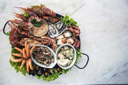 varios mariscos frescos favoritos de mariscos gourmet menú de comida en la mesa