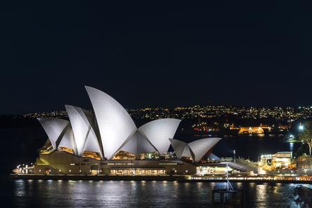 Blick auf das Wahrzeichen des Sydney Opera House in der Nacht in Australien? Editorial
