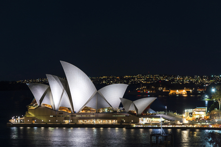 Vue sur l'extérieur de l'Opéra de Sydney la nuit en Australie Éditoriale