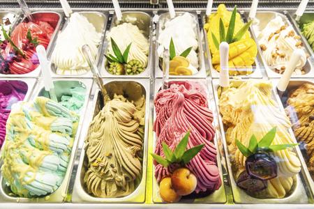Diverses saveurs de glaces italiennes gelato dans une vitrine de magasin moderne Banque d'images
