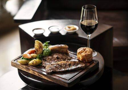 gourmet sunday roast beef traditional british meal set on old wooden pub table Imagens