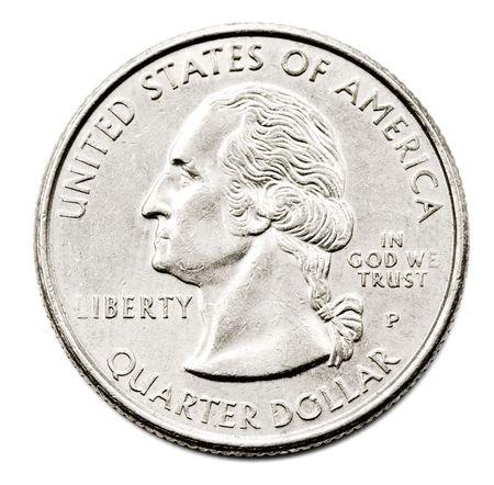 Close-up de una moneda de un dólar nos trimestre aislado más de blanco