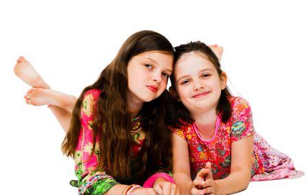 Zwei Mädchen lächelt und posiert isoliert über weiß Standard-Bild - 4766418