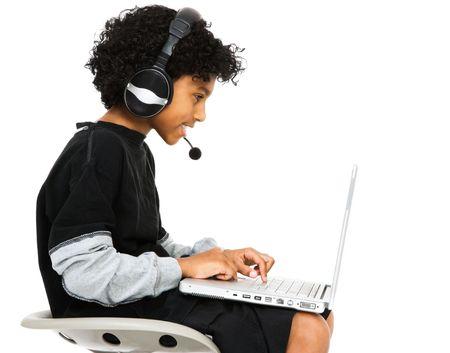 net surfing: Boy navigare in rete con l'auricolare e sorridente isolata su bianco