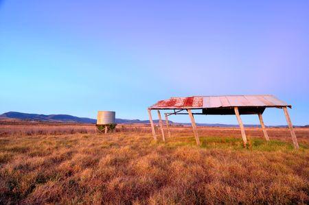 dep�sito agua: puesta de sol en el pa�s en la granja con tanque de agua y refugio