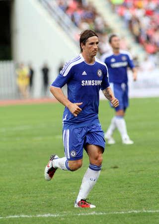 """Striker: Bangkok, Tajlandia, 24 lipca 2011: Fernando Torres, napastnik Chelsea To i Hiszpania gra w towarzyskim meczu VS tajski Premier League All Star XI w Rajamangala Stadionu Narodowego z ich Chelsea """"tutaj aby zagrać tu zatrzymać"""" 2011campaign Publikacyjne"""