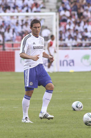 Bangkok Thailand ,24 July 2011 :Frank Lampard , Chelsea FC's midfielder and England shows his talent in warm up session  before a friendly match starting VS Thai Premier League All Star XI at the Rajamangala National Stadium with Chelsea's 2011 Asia T 報道画像