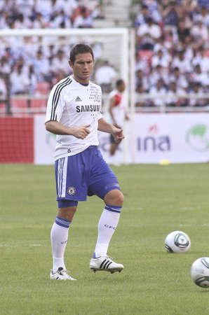premierleague: Thailandia Bangkok, 24 luglio 2011: Frank Lampard, centrocampista del Chelsea FC e Inghilterra dimostra il suo talento nel warm up della sessione prima di una partita amichevole di partenza VS Thai Premier League All XI Stella al National Stadium Rajamangala con il Chelsea per il 2011 l'Asia T Editoriali