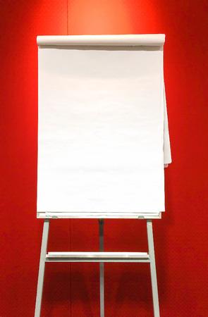 Blank flip chart avec Abat-jour sur fond rouge Banque d'images