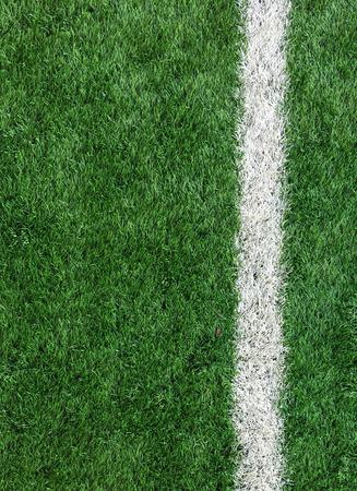terrain de foot: Blanc Stripe ligne sur le terrain de soccer vert de Top View utilis� comme mod�le Banque d'images