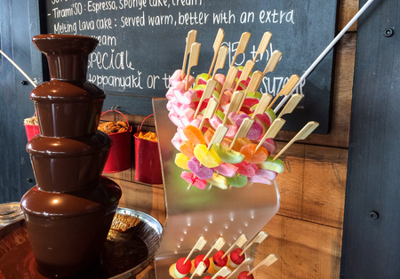 Colorful Jelly Stick with Chocolate Fountain Fondue Tower for Dessert Imagens