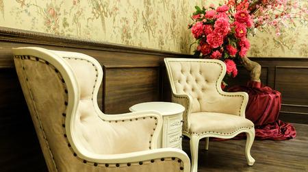 Chino clásico estilo de tabla de la vendimia y Presidente de muebles en una sala de estar Foto de archivo