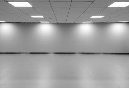 Perspektivische Ansicht der leeren Raum Klassische Monotone Schwarz Weiß Büro-Raum mit Reihe der Decken-LED-Licht-Lampen und Lichter Schatten auf Wand zum Galerie Interieur / Template Möbel zu Mock Up Display Office Standard-Bild - 66640719
