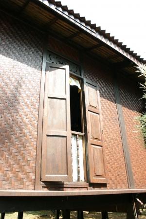 malay village: Casa de pueblo tradicional de la ventana