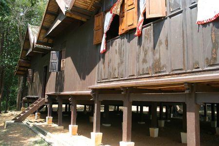 malay village: Vista lateral de una casa de pueblo malayo