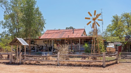 Typical home for people living on the sapphire gem fields in central Queensland Australia Imagens