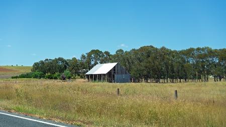 Ein kleines altes Gebäude, das früher als Haus oder Scheune auf dem Lande genutzt worden wäre Standard-Bild