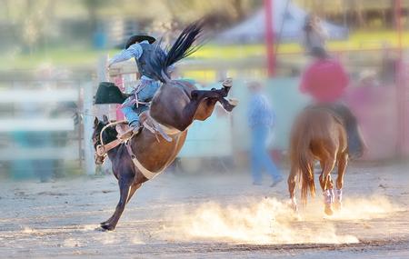 Bucking Bronc-Reitwettbewerbsunterhaltung beim Country Rodeo Standard-Bild