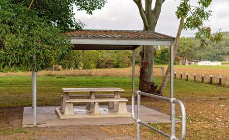 Eating area with covered table and seating at a highway rest stop Stockfoto
