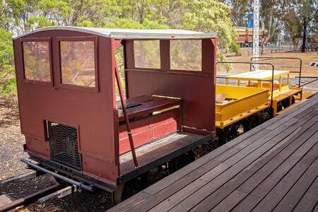 Un wagon de chemin de fer d'époque sur l'affichage à une halte routière touristique et petit village Australie Banque d'images