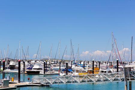 Mackay, Queensland, Australien - Oktober 2019: Yachten vertäut an einem ruhigen sonnigen Sommertag in der Marina Editorial