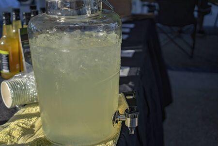 Cold refreshing lemonade for sale at a market stall Zdjęcie Seryjne