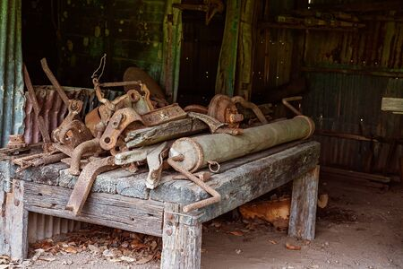 Old rusted machine implements which would have been used by early settler farmers of yesteryear Standard-Bild
