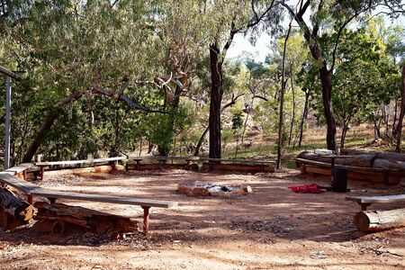 Campfire pit and seating for guests to have a singalong evening at an Australian outback tourist park 版權商用圖片